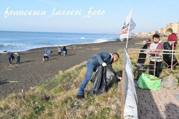 """Marina di Palo, """"Il mare d'inverno"""", raccolti circa trenta sacchi di immondizia"""