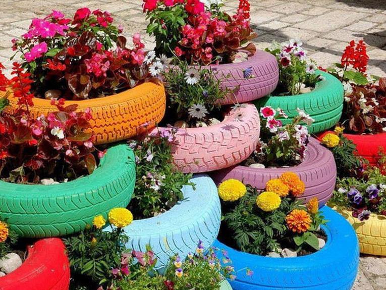 Riciclo creativo, copertoni delle auto per fare dei vasi
