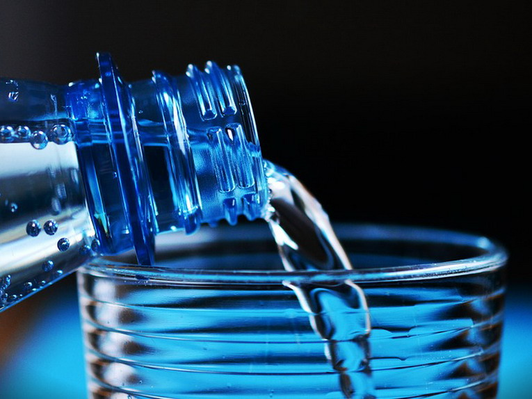 Bicchieri, cannucce e posate di plastica al bando nel 2019