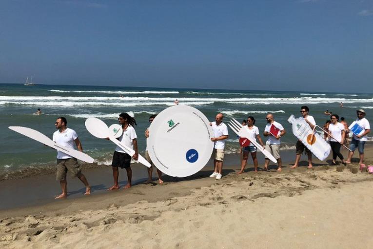 #Usaegettanograzie, dal Mediterranea di Capocotta parte la nuova campagna di contrasto all'inquinamento da plastica