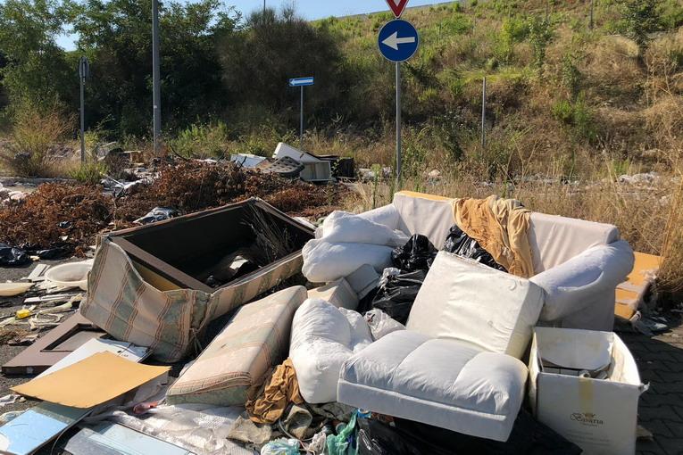 Rifiuti a Roma: cumuli in strada e discariche anche in agosto
