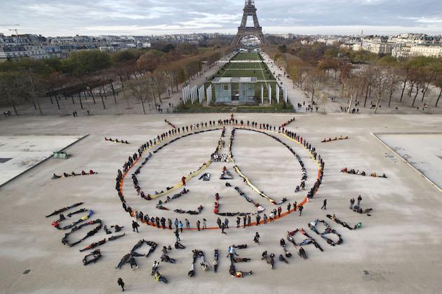 Parigi dichiara l'emergenza climatica