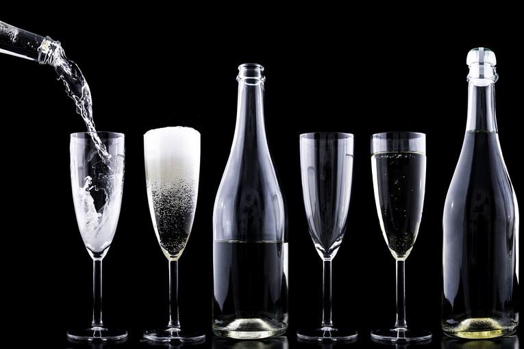 Differenziata bottiglie vetro, le etichette di carta vanno tolte?