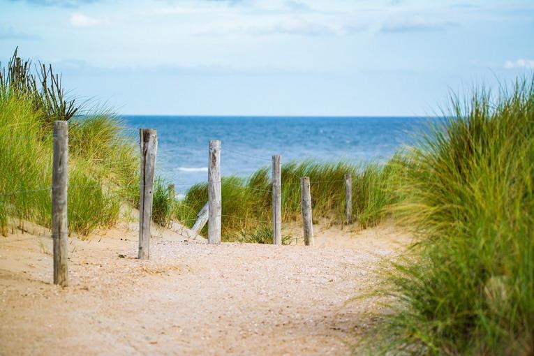 Spiagge libere, dopo quanto si smaltisce la plastica