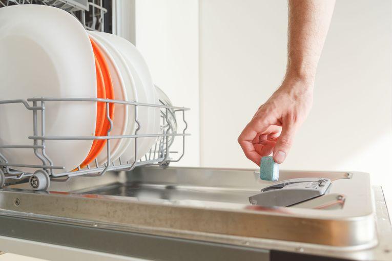 Lavastoviglie o lavaggio a mano quale inquina meno